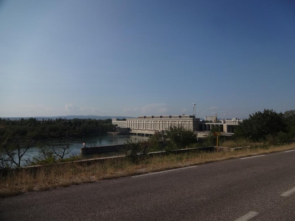 2018-09-19-3-groe-staumauer-vom-wasserkraftwerk-bei-donzere.JPG