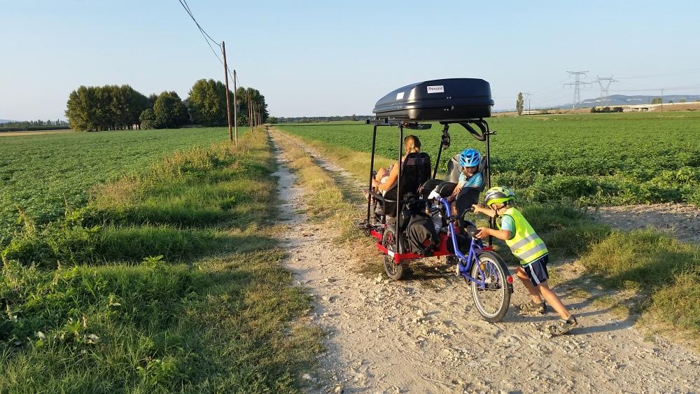 2018-09-19-6-zufahrt-zum-verlassenen-hof-bei-lamotte-du-rhone.jpg