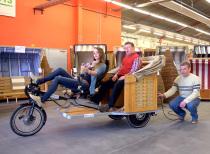 In der Tischlerei der Stiftung Mensch montieren behinderte und nicht behinderte Mitarbeiter die Trimobil Strandkorb-Taxis.
