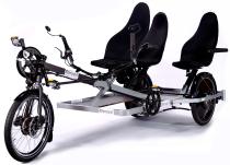 """Ideal im Verleih: Trimobil E.Shuttle Pedelec mit drei Sitzplätzen, """"Teamgeist""""-Passagier-Antrieb und Armlehne."""