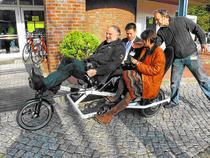 E-Bike Tourismus: Kongreß-Teilnehmer beim Start zur Probefahrt in Mölln