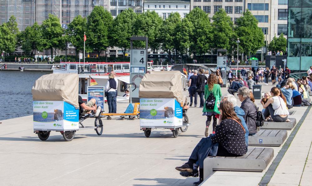 trimobil-strandkorb-rikscha-taxis-im-promotion-einsatz-am-hamburger-jungfernstieg-und-binnenalster.jpg